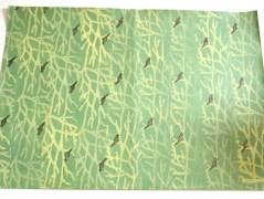 """Lisa hat ihren Vogel-und-Äste Druck auf grünem Papier ergänzt mit einem """"Hoffnungsflieger"""", einer Friedenstaube à la Picasso. Wie sie es gemacht hat, zeigt sie hier. Auch bei ihr gibt es den Tipp, eine zweite Farbwalze mitzuführen."""