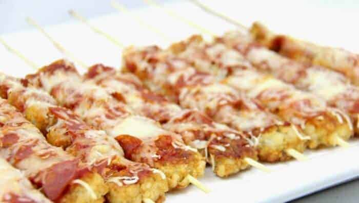 Pizza Tater Tot Skewers | Tater Tot Casserole | Super Bowl Appetizers | Tater Tot Hotdishes | Pizza Tater Tots | Loaded Tater Tots | Football Food | www.madewithhappy.com