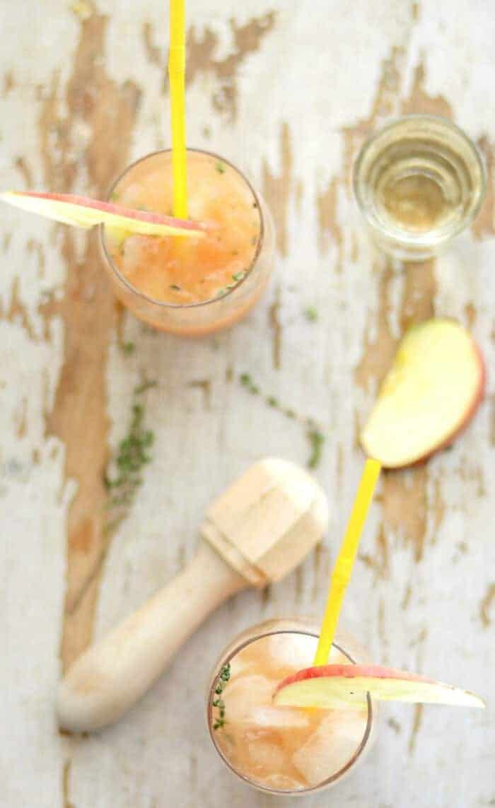 Cider Rum Punch | 20+ Fall Cocktail Recipes | Holiday Entertaining with Fall Recipes | Pumpkin, apple and cinnamon cocktails | www.madewithHAPPY.com
