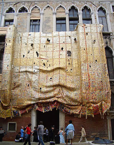 El Anatsui, « Fresh and Fading Memories », Palazzo Fortuny, Venice, 2007.(photoOctober Gallery, Londres)