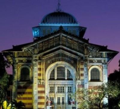 La-Bibliotheque-Schoelcher-de-Fort-de-France-vue-de-nuit
