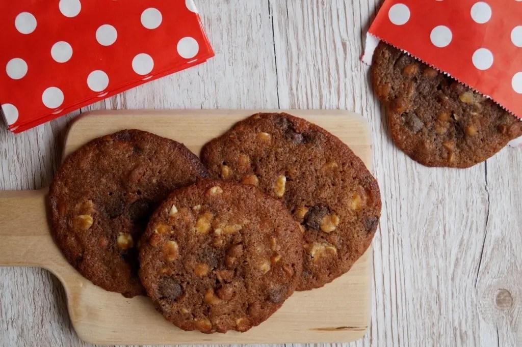 Store cookies med mørk og hvid chokolade