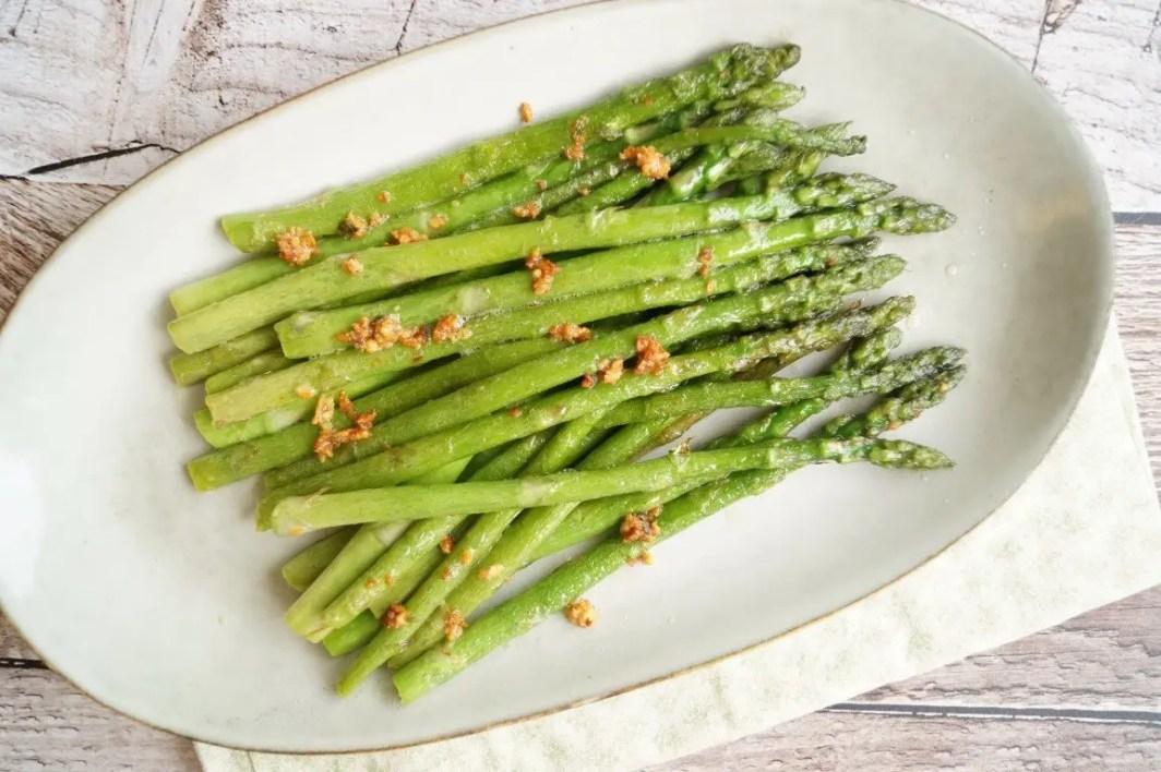 Smørstegte asparges med hvidløg