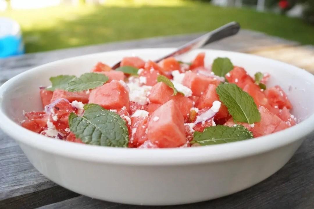 Vandmelonsalat med feta og rødløg