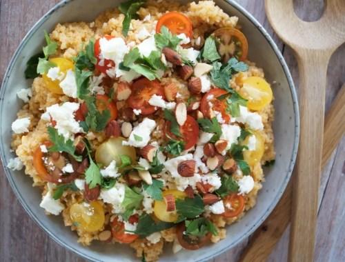 Bulgursalat med tomater, feta og saltmandler