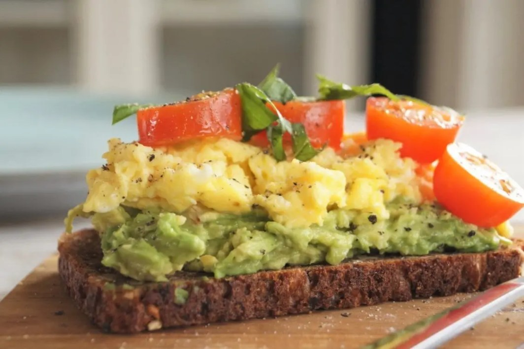 Ristet rugbrød med røræg og avocado