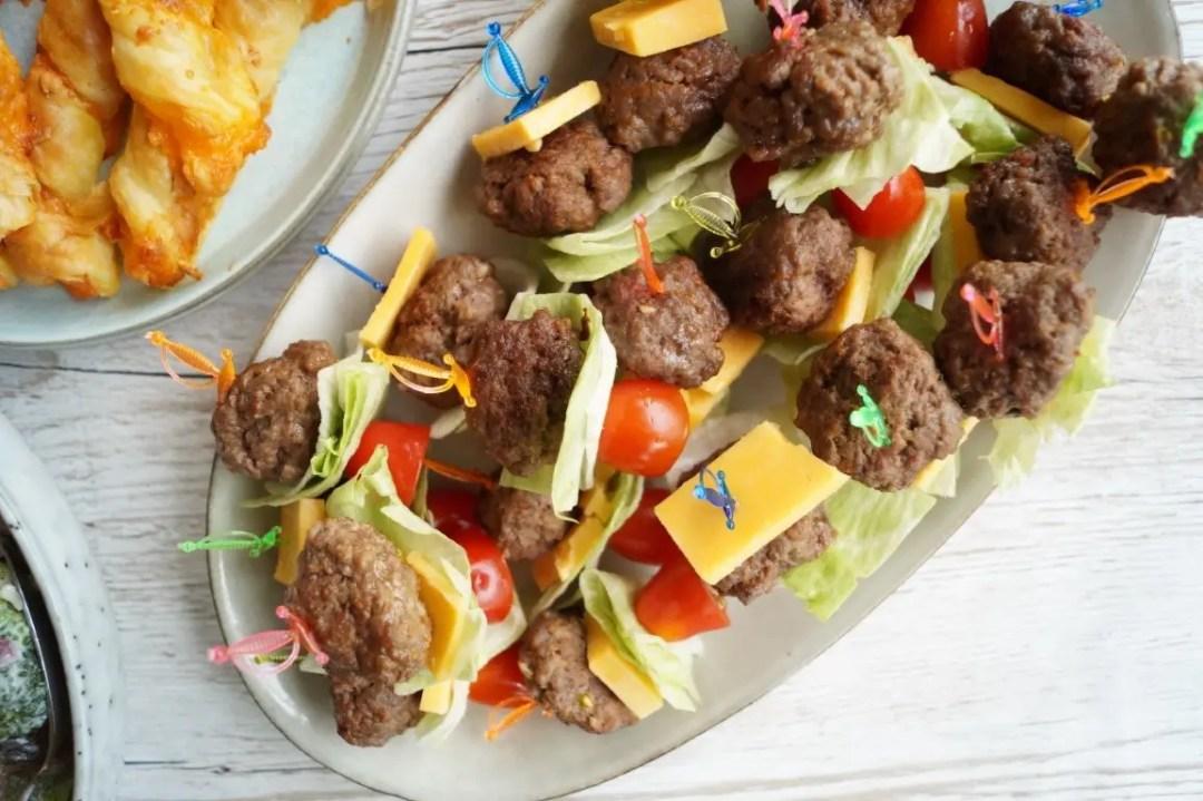 Miniburgere på spyd