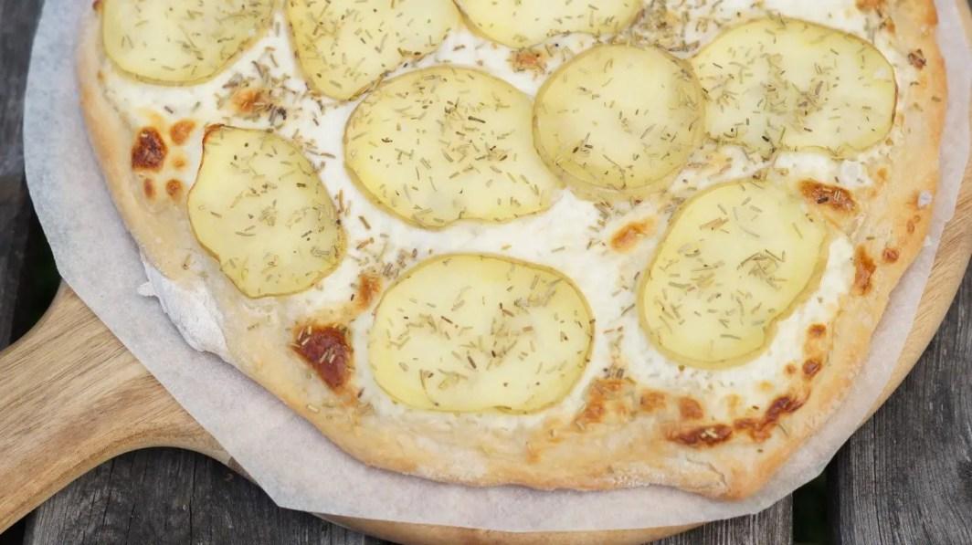 Pizza med kartoffel og rosmarin - opskrift