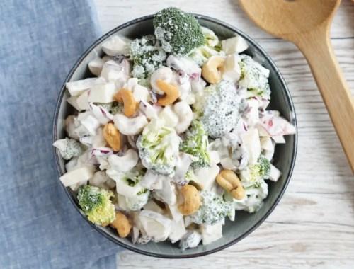 Broccolisalat med æble, pære og cashewnødder
