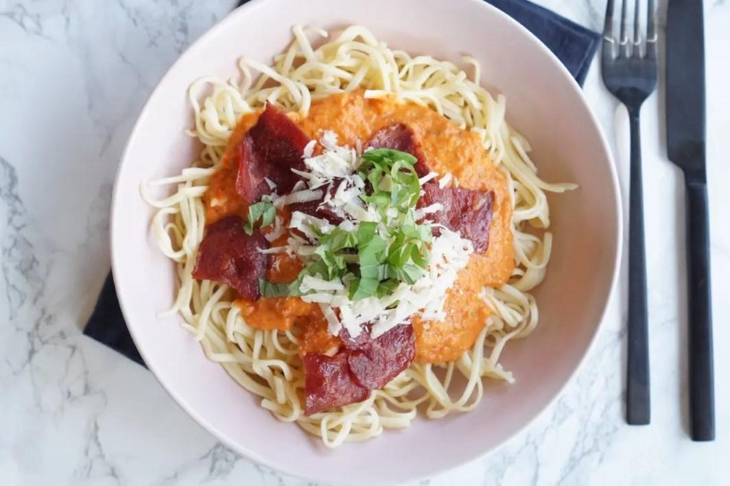 Pasta med kalkunbacon og peberfrugtsovs