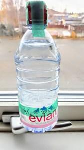 Vattenflaskan i fönstret