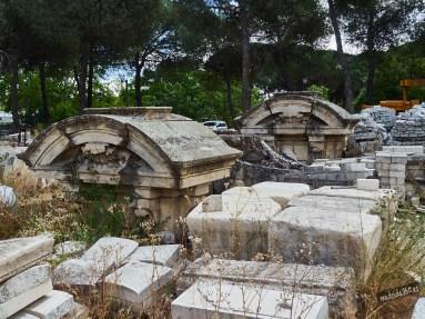 Remates de las pilastras de las portadas de un palacio, posiblemente el de Indo