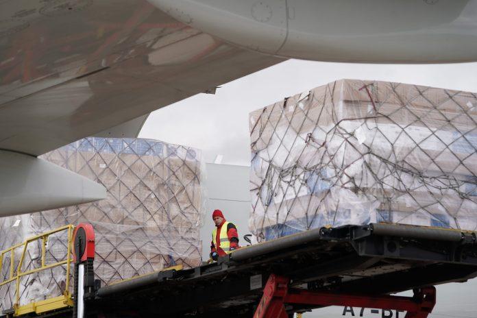 Llega a Barajas el primer avión de la Comunidad de Madrid con 58 toneladas de material sanitario 11