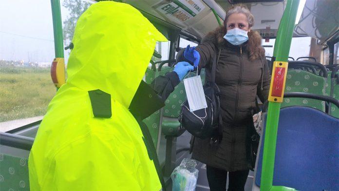 Policía Local y Guardia Civil entregan mascarillas en Villaviciosa a los que acuden a su puesto de trabajo 1