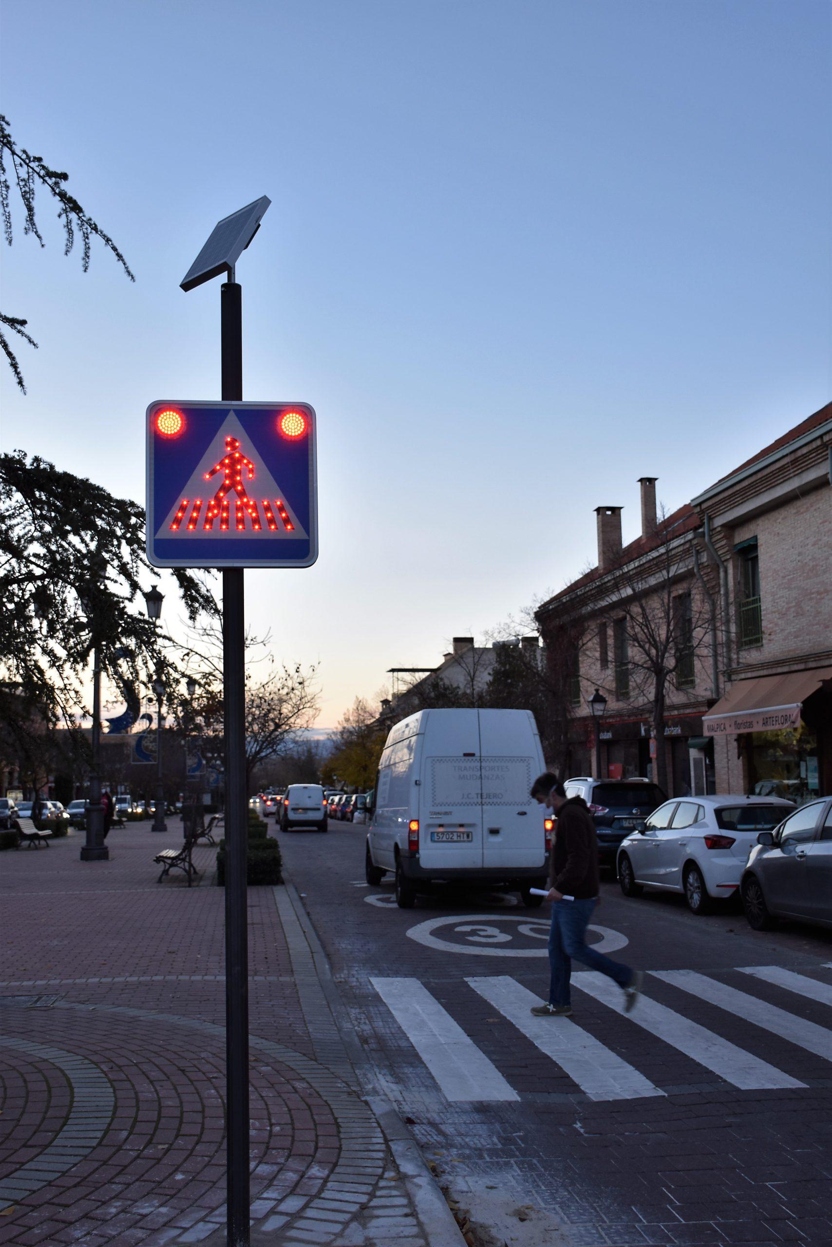 Villaviciosa instala señales de paso de peatones LED y solares 1