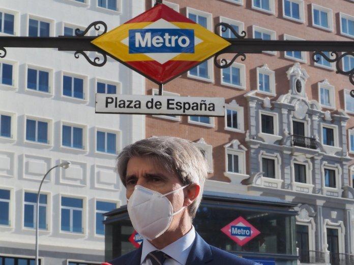 Estación de Metro Plaza de España con colores de bandera 2