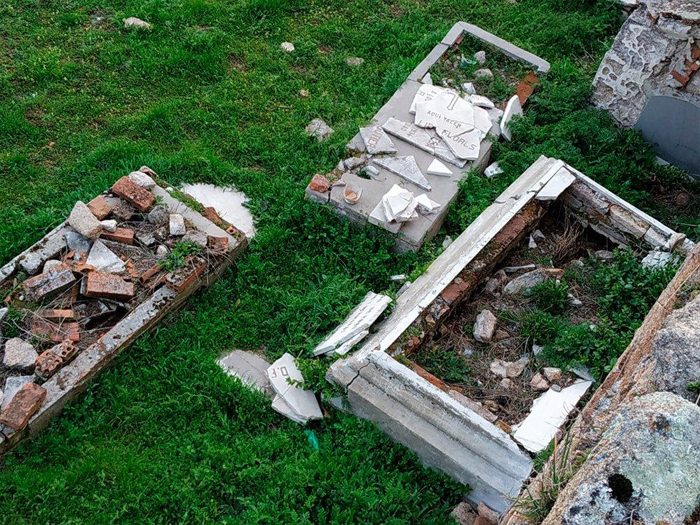 """Aparecen lápidas """"profanadas"""" y destrozos en el cementerio viejo de Manzanares 1"""