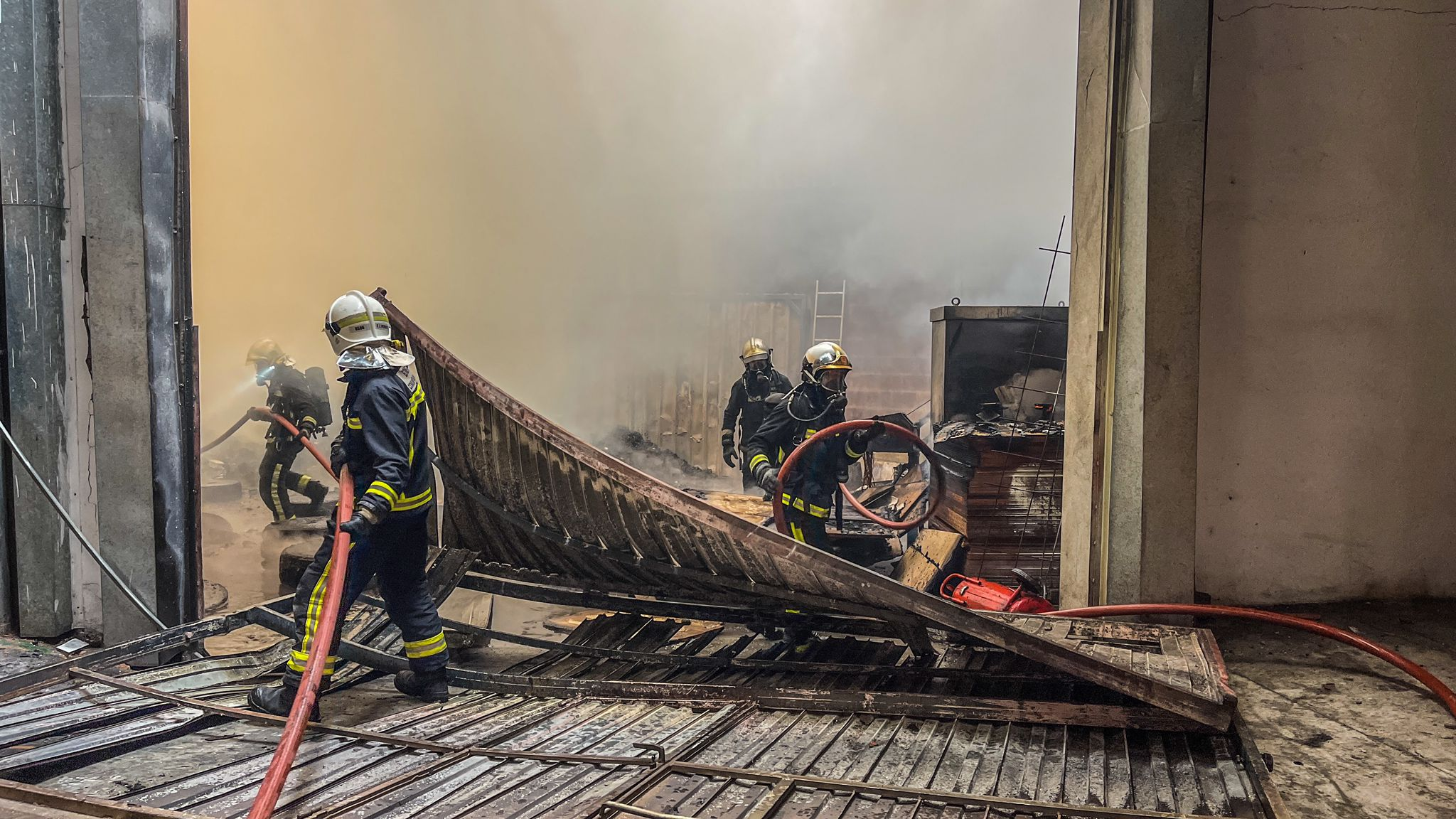 Bomberos CM controla el incendio en la nave de Torrejón de la Calzada 1