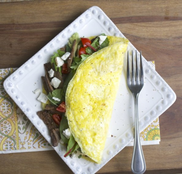 This Steak and Feta Power Omelet is a protein packed keto breakfast that is sure to keep you full for hours! #keto #mealprep