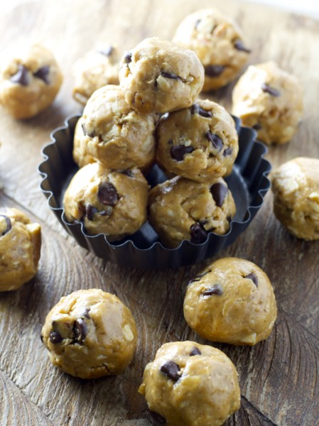 Chocolate Chip Peanut Butter Bites, these no bake bites are a perfect simple, healthy snack! www.maebells.com