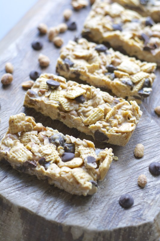 Honey Nut Power Bars! These super simple bars are packed with cereal, oats, peanuts, and protein powder! The perfect way to start the day! www.maebells.com