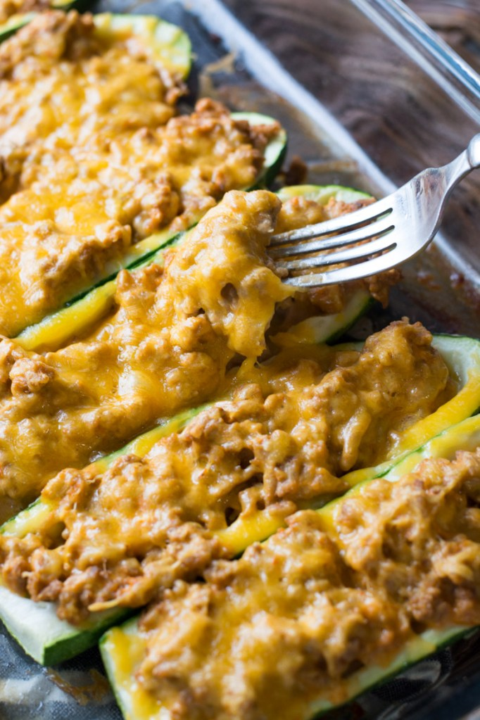 These low carb Keto Cheeseburger Zucchini Boats are packed with meat, cheese and a savory sauce! The perfect easy weeknight keto meal!  #keto #mealprep
