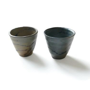 deux petits gobelets gris bleutés diam 6 cm haut 7 cm