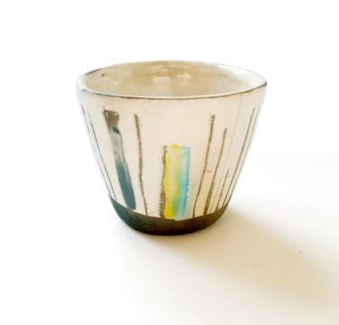 petit gobelet, terre blanche, émail transparent, vert, jaune, gris et turquoise, diam 9 cm haut 9 cm
