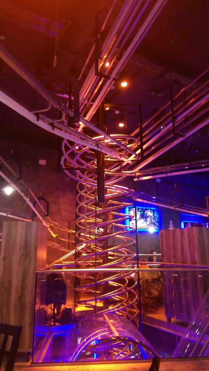 Das doch imposante Schienensystem im Rollercoaster Restaurant
