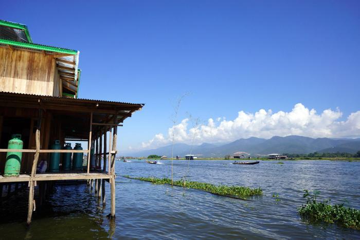 Une maison sur pilotis sur le lac Inle.
