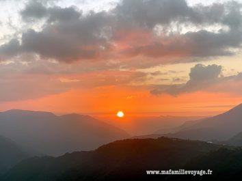 Coucher de soleil magnifique sur les montagnes