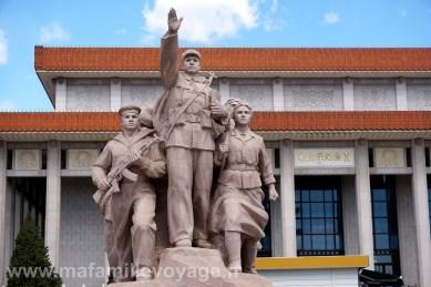 Monument en face du mausolée de Mao à la place Tiananmen