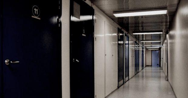 Kriminalvården struntar i häkteslagens portalbestämmelser