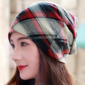 kostkovaná dámská čepice na podzim