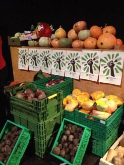 Gemüse und Obst, das es nicht in die Supermarktregale schafft (und somit entsorgt werden würde) wird für die Slowfood-Schnippelpartys direkt vom Bauern abgeholt.