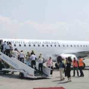 """СРПСКИ КОНТРАУДАР НА ОДЛУКАТА НА ЦРНА ГОРА: Забрането слетување на """"Монтенегро ерлајнс"""" во Србија!"""