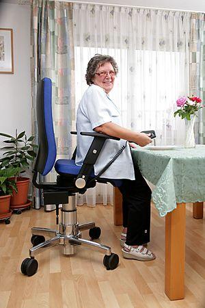 Stuhl mit Aufstehhilfe schafft mehr Bewegungsfreiheit ...