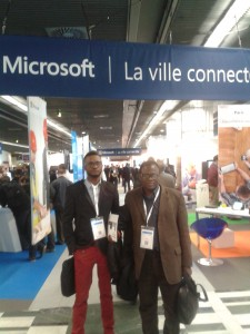 Deux informaticiens Ngangweshe et Thea Ley Ley (pantalon rouge)