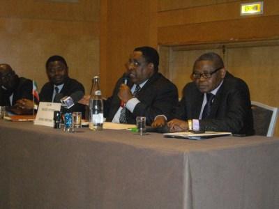 L'ambassadeur Miguel Oyono Mifumu(centre),avocat Jean-Charles Tchikaya(g.) et journaliste james Ngumbu(dr.)