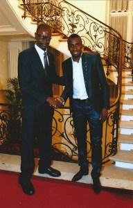 Blaise Matuidi et Mr Simon Bokolo, à l'ambassade d'Angola à Paris, parmi les invités de l'ambassadeur Miguel da Costa (Photo Marcelo, année 2014).