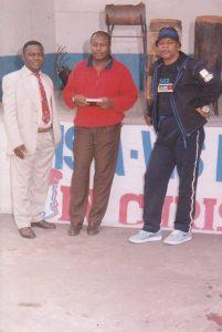 Bolowa (costume) et deux artistes(Bar Vis-à-Vis,à Kinshasa)