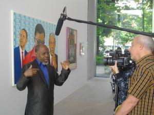 Le célèbre peintre Chéri Samba avec des médias.