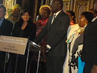 Le maire de Dakar(Sénégal) répond à des journalistes.