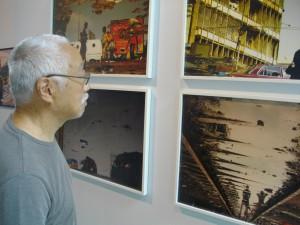 Notre ami H. Tsiang observant des oeuvres de Kiripi Katembo.