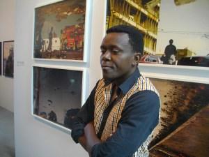 Kiripi Katembo devant ses oeuvres.