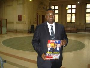 Le journaliste Freddy Mulongo à son arrivée au tribunal.