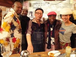 Tokyo(Japon): Mayumi (T.Shirt blanc avec drapeau congolais RDC), Lise Laure Etia, Daisuke et deux Congolais.