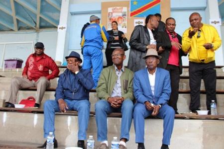 On aperçoit derrière le capitaine Kibonge et Mme Makombo, Mayanga, Kadima et Morceau Lutonadio_Assis de g. à dr. Tumba Pouce, Mbane, Ngbanzo Lamangale au milieu.