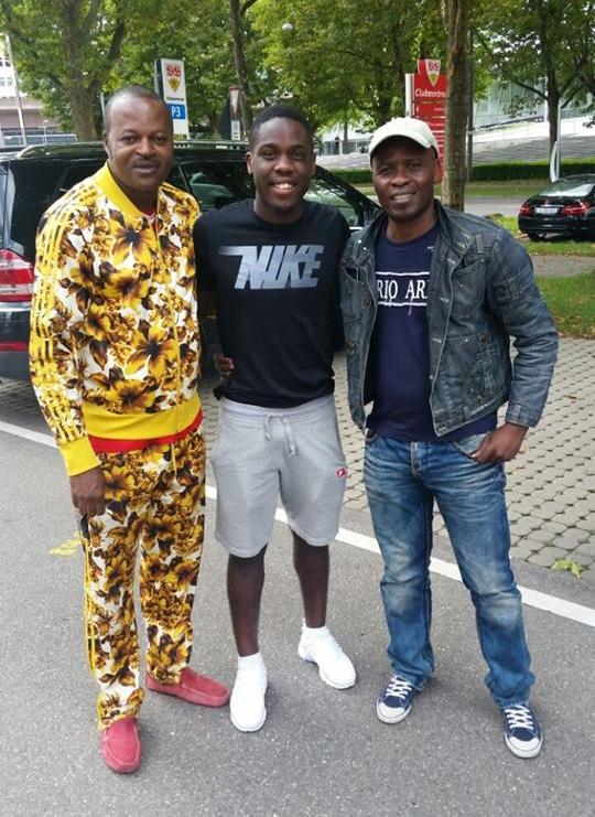 Orel Mangala (centre) et  le journaliste Tungila (en jeans et casquette) Photo prise le 20 août 2017.
