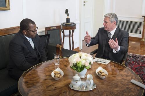 Le président allemand Joachim Gauck et l'ambassadeur Mayiboro Pantaleon.